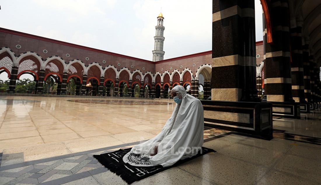 Warga melaksanakan salat sunah dan mengaji di Masjid Kubah Emas, Depok, Jawa Barat, Jumat (16/4), guna mengisi waktu jelang berbuka puasa. Foto: Ricardo - JPNN.com