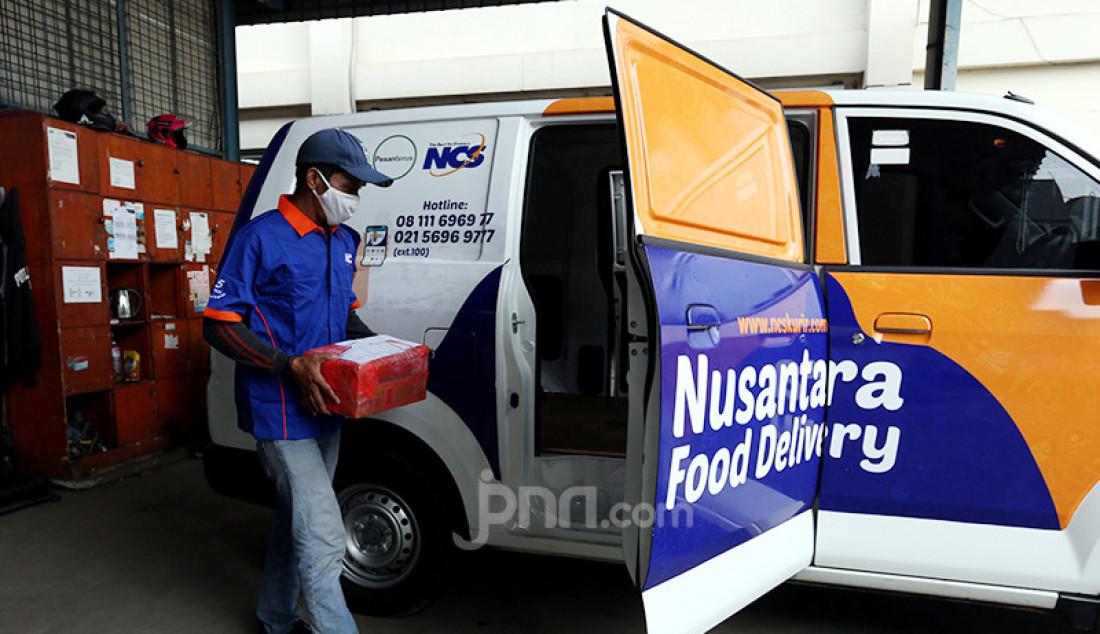 Pegawai di gudang NCS Logistik, Jakarta, Sabtu (17/4), memasukkan paket kiriman barang ke mobil pengantar. Angka pengiriman barang pada pekan pertama Ramadan meningkat lebih dari 100 persen seiring rencana pemerintah menyubsidi ongkos kirim (ongkir) pada Hari Belanja Online Nasional (Harbolnas) sebelum Lebaran. Foto: Ricardo - JPNN.com