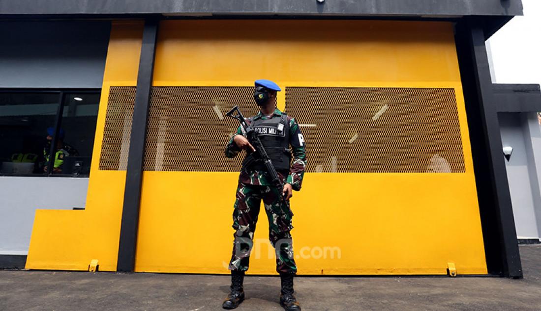 Personel Polisi Militer Kodam Jaya berjaga-jaga di Markas Pomdam Jaya, Jakarta, Selasa (20/4). KSAD Jenderal Andika Perkasa baru saja meresmikan Smart Instalasi Tahanan Militer berbasis teknologi informasi di Markas Pomdam Jaya. Foto: Ricardo - JPNN.com