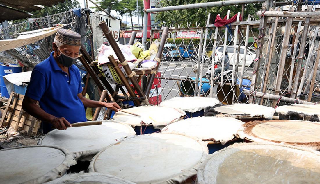 Pedagang beduk saat menggelar barang dagangannya di kawasan Tanah Abang, Jakarta, Selasa (20/4). Berbagai beduk tersebut dijual mulai harga Rp 150 ribu hingga Rp 1,5 juta. Foto: Ricardo - JPNN.com
