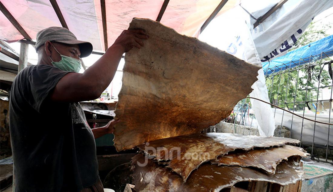 Pedagang beduk di kawasan Tanah Abang, Jakarta, Selasa (20/4), menggelar kulit. Berbagai beduk di kawasan itu dijual mulai harga Rp 150 ribu hingga Rp 1,5 juta. Foto: Ricardo - JPNN.com
