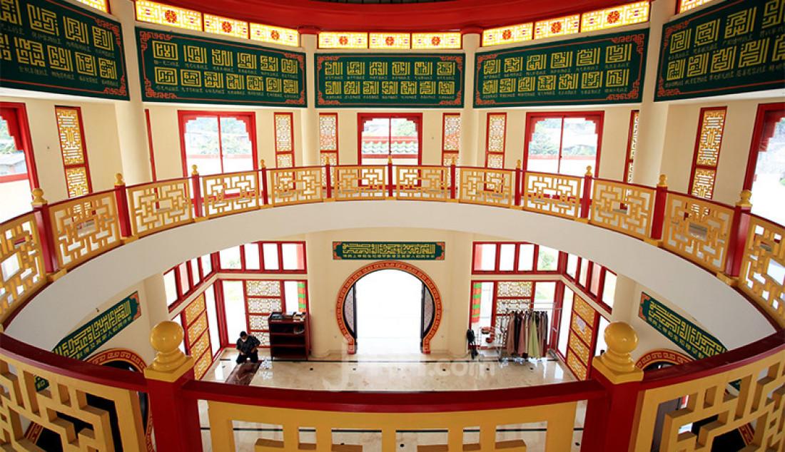 Bagian dalam Masjid Babah Alun di Cilandak Barat, Jakarta Selatan, Selasa (20/4), yang kini menjadi salah satu tujuan wisata religi. Masjid dengan arsitektur dan ornamen Tionghoa itu dibangun oleh Jusuf Hamka yang dikenal sebagai pengusaha tol. Foto: Ricardo - JPNN.com
