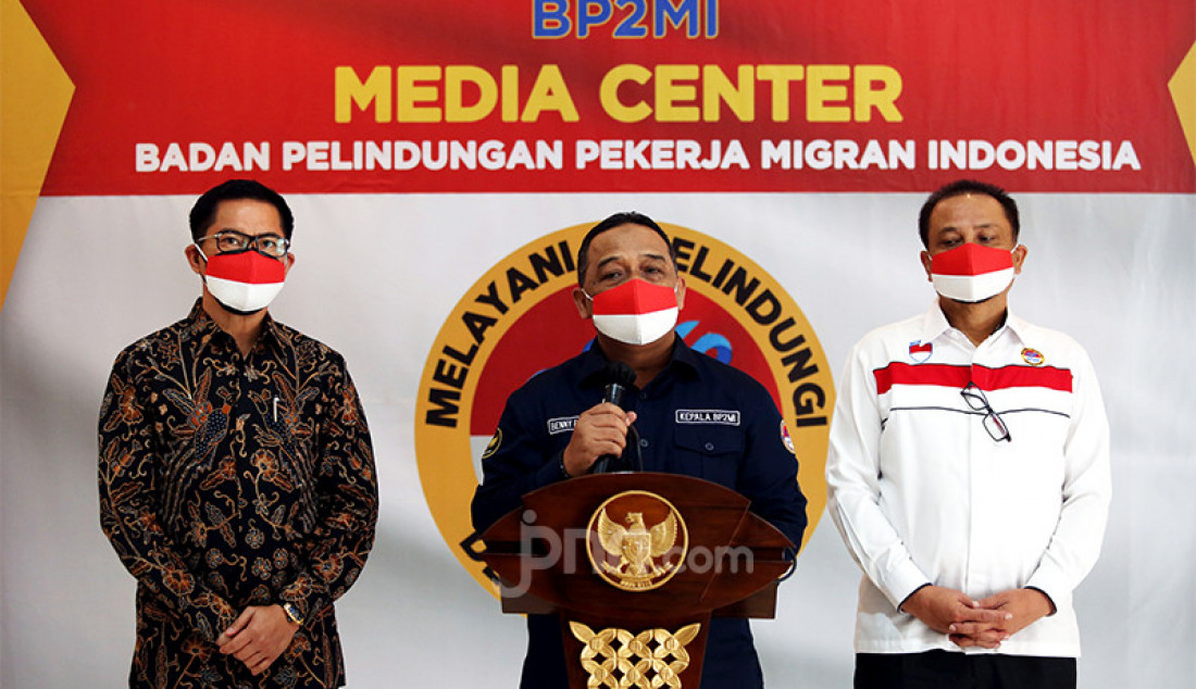 Kepala Badan Pelindungan Pekerja Migran Indonesia (BP2MI) Benny Rhamdani (tengah) bersama Bupati Minahasa Utara Joune Ganda (kiri) memberikan sambutan pada penandatanganan nota kesepahaman atau MoU antara BP2MI dengan Pemkab Minahasa Utara di Jakarta, Rabu (21/4). Foto: Ricardo - JPNN.com