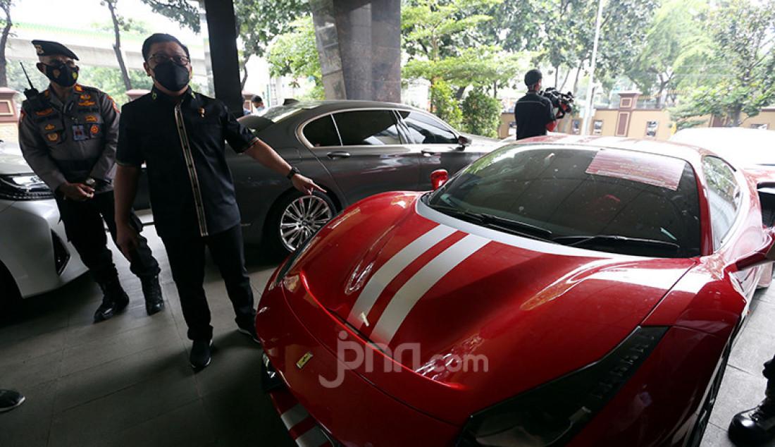 Supercar merek Ferrari yang disita Bareskrim Polri dari para tersangka kasus investasi ilegal E-Dinar Coin (EDC) Cash. Penyidik Bareskrim Polri menetapkan enam orang sebagai tersangka dalam kasus ini. Foto: Ricardo - JPNN.com