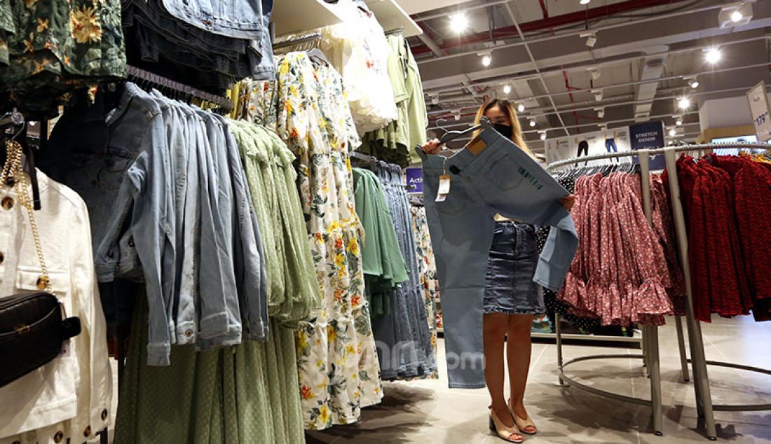 Pengunjung Lippo Mall Puri, Jakarta Barat, Jumat (23/4), melihat-lihat pakaian di gerai Max Fashions. Foto: Ricardo - JPNN.com
