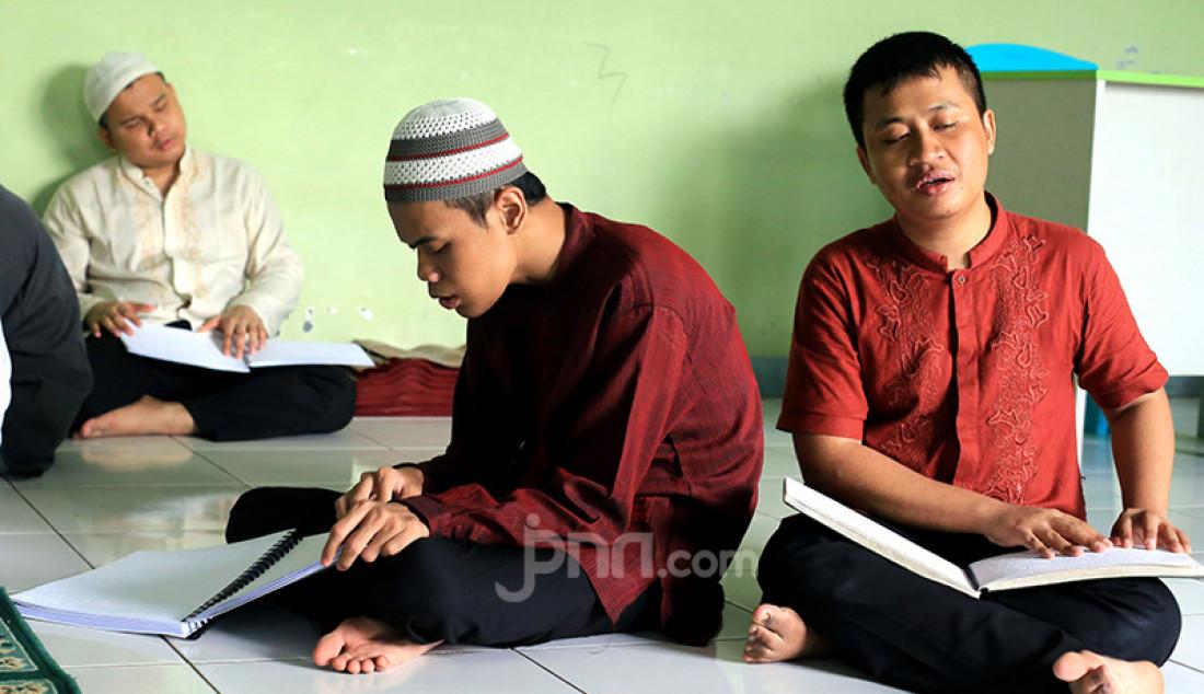 Para santri di yayasan Roudlatul Makfufin di Tangerang Selatan, Banten, Sabtu (23/4). Yayasan Raudlatul Makfufin merupakan wadah bagi para tunanetra berkumpul, belajar membaca Al Quran Braille, belajar bermain musik dan memijat. Foto: Ricardo - JPNN.com