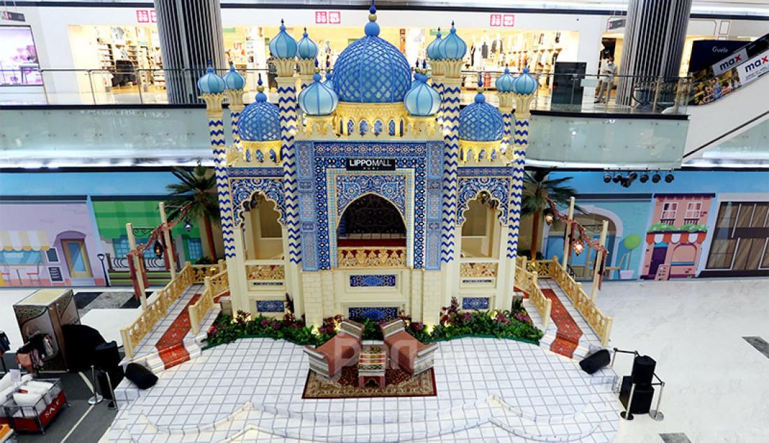 Pengunjung menikmati hiasan masjid bernuansa Timur Tengah di Lippo Mall Puri, Jakarta, Senin (26/4). Foto: Ricardo - JPNN.com