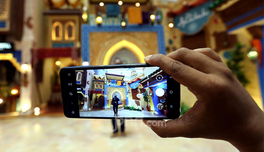 Pengunjung menikmati hiasan bernuansa Timur Tengah di Lippo Mall Puri, Jakarta, Senin (26/4). Foto: Ricardo - JPNN.com