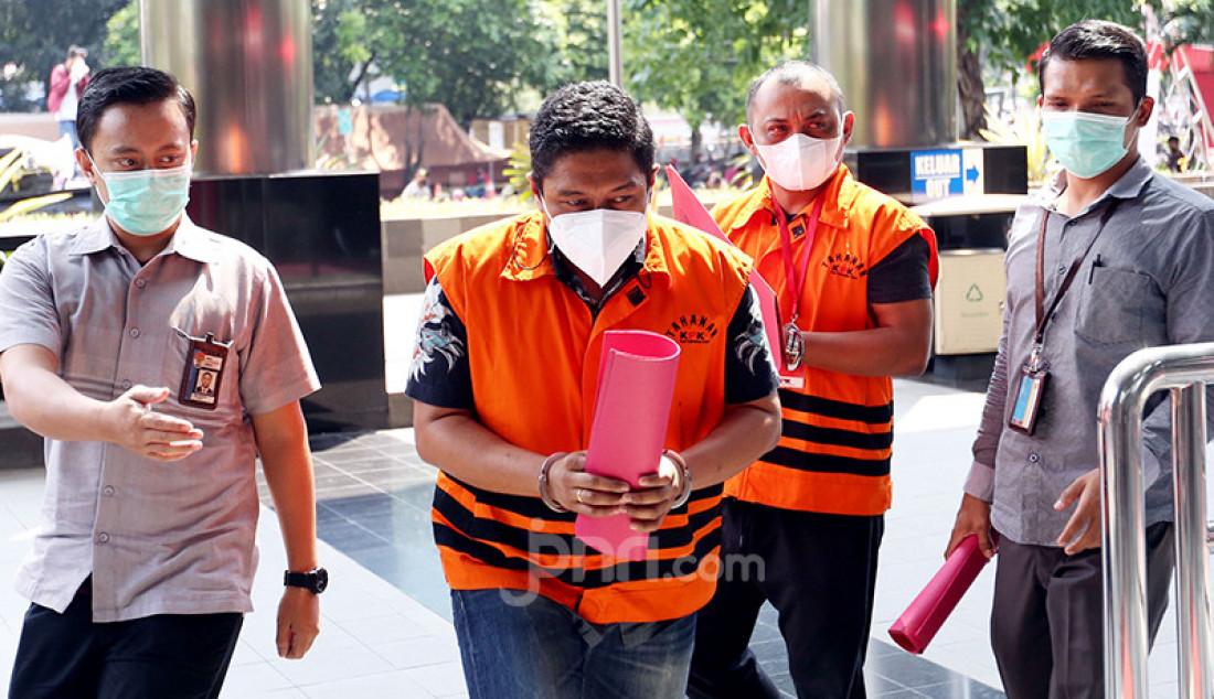 Penyidik KPK Stepanus Robin Pattuju (kiri) dan Pengacara Maskur Husain saat tiba di Gedung KPK, Jakarta, Senin (26/4). Mereka akan menjalani pemeriksaan terkait penanganan perkara Wali Kota Tanjungbalai. Foto: Ricardo - JPNN.com