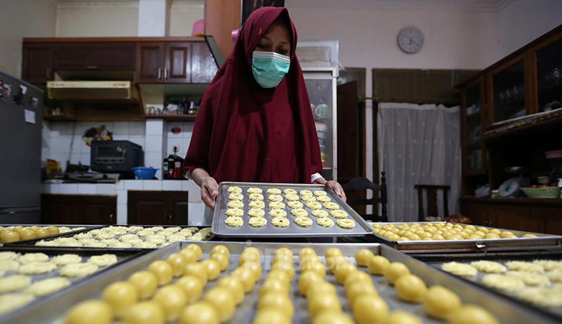 Pekerja di Dapoer Panci Bolong, Cinere, Depok, Jawa Barat, Senin (26/4), menyelesaikan pembuatan kue kering. Pada Ramadan ini industri kue rumahan mengalami kenaikan omzet. Foto: Ricardo - JPNN.com