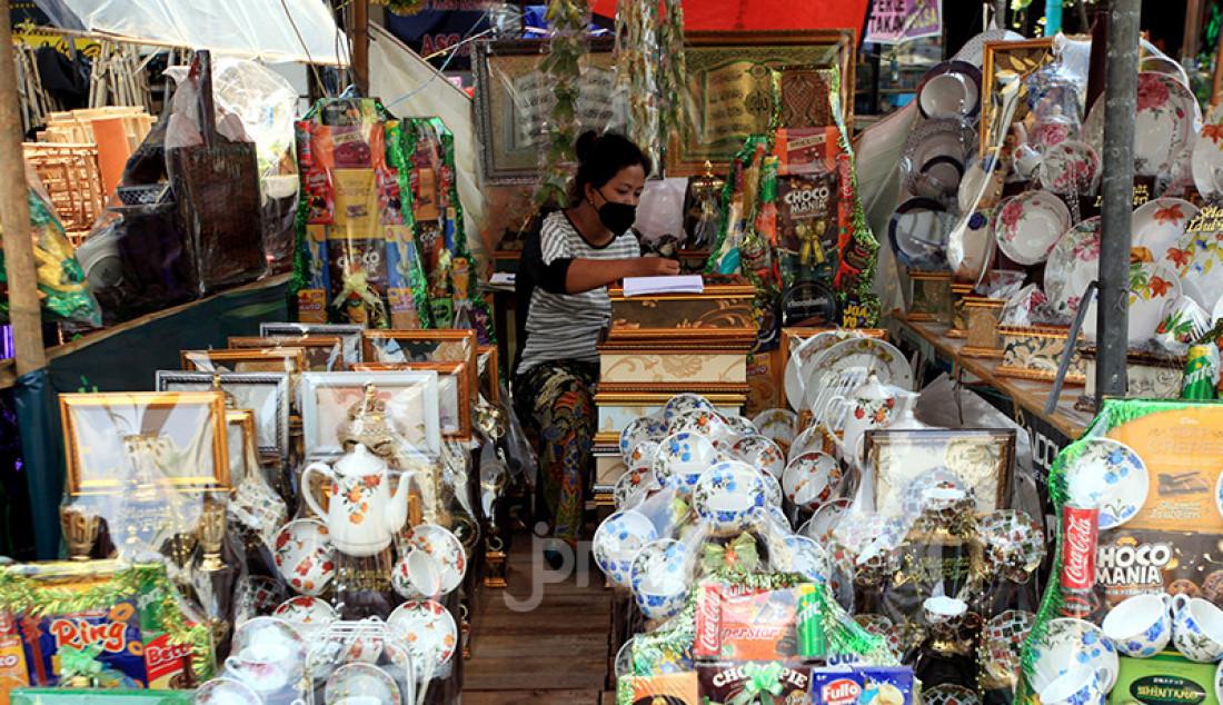 Pedagang parsel di kawasan Cikini, Jakarta Pusat, Selasa (27/4), merapikan dagangannya. Belum ada kenaikan penjualan parsel meski tak lama lagi Lebaran. Foto: Ricardo - JPNN.com