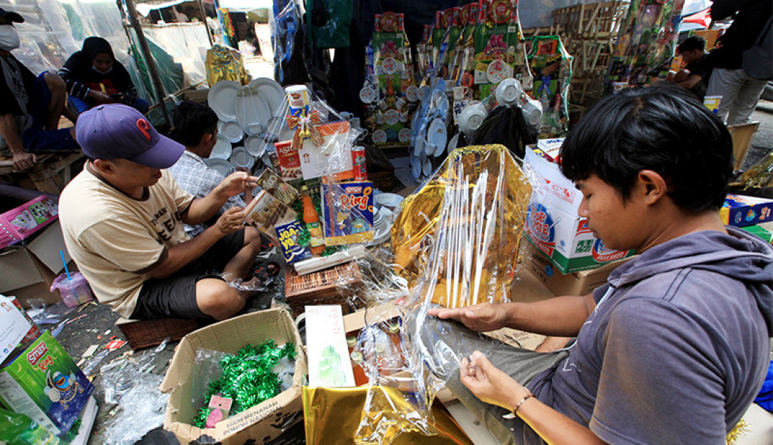 Pedagang parsel di kawasan Cikini, Jakarta Pusat, Selasa (27/4), merapikan dagangannya. Menjamurnya pedagang parsel menjelang Idulfitri tak dibarengi dengan peningkatan penjualan akibat ekonomi yang masih lesu. Foto: Ricardo - JPNN.com
