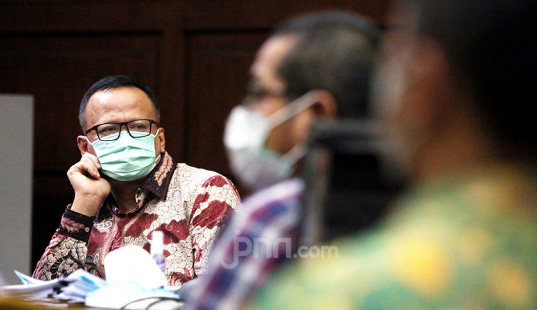 Mantan Menteri Kelautan dan Perikanan Edhy Prabowo (berbatik) yang menjadi terdakwa perkara suap izin ekspor benih lobster menjalani sidang lanjutan di Pengadilan Tipikor Jakarta, Rabu (28/4). Agenda sidang tersebut ialah mendengarkan keterangan saksi. Foto: Ricardo - JPNN.com