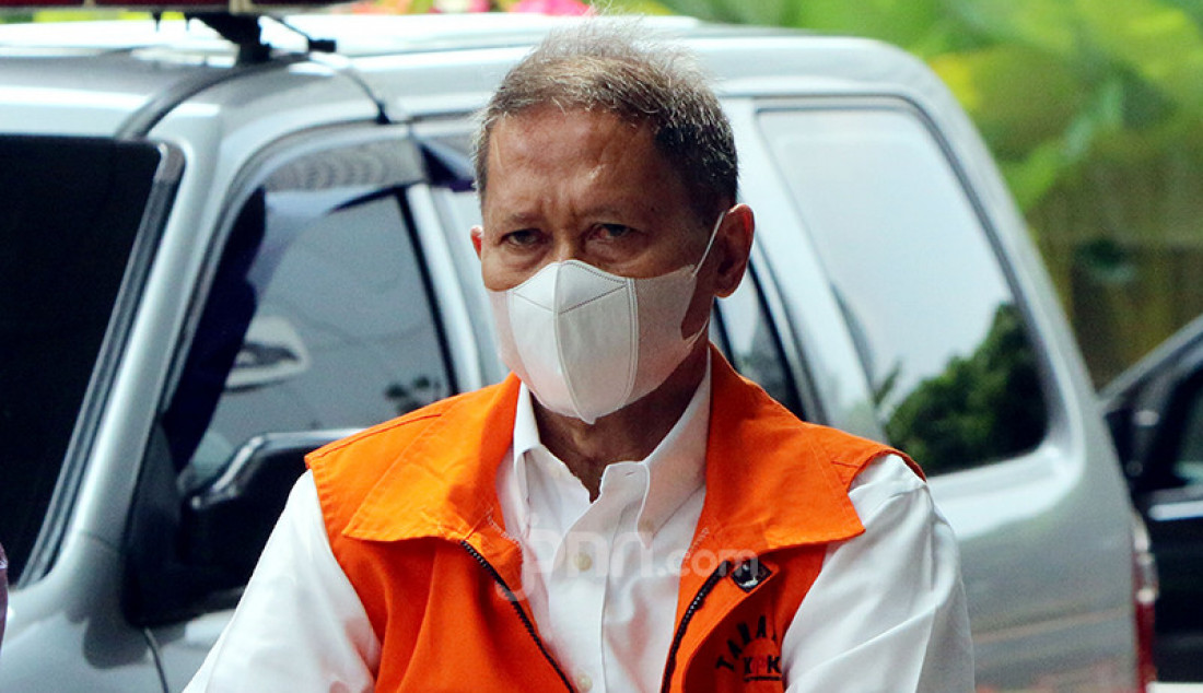 Mantan Direktur Utama PT Pelindo II (Persero) Richard Joost Lino tiba di KPK, Jakarta, Kamis (29/4), guna menjalani pemeriksaan lanjutan sebagai tersangka kasus dugaan tindak pidana korupsi pengadaan tiga unit quay container crane (QCC) pada 2010. Foto: Ricardo - JPNN.com