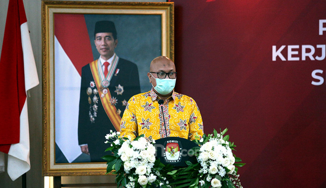 Ketua KPU Ilham Saputra menyampaikan sambutan pada penandatanganan perjanjian kerja sama tentang pemanfaatan data pemilih untuk pendataan sasaran pelaksanaan bantuan pemerintah bagi pelaku usaha mikro dalam rangka program Pemulihan Ekonomi Nasional (PEN) di Jakarta, Kamis (29/4). Foto: Ricardo - JPNN.com