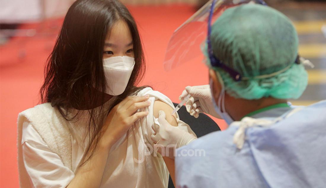 Petugas kesehatan menyuntikkan vaksin Covid-19 kepada sejumlah pemilik gerai, pegawai, dan petugas keamanan dalam di pusat perbelanjaan Grand Indonesia, Jakarta Pusat, Senin (3/5). Foto: Ricardo - JPNN.com