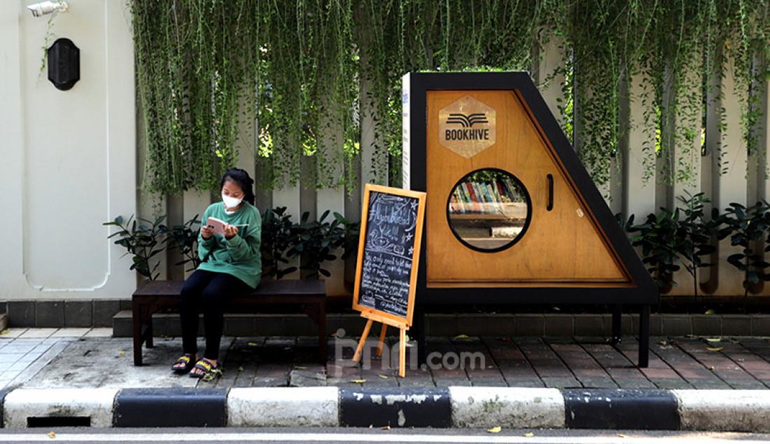 Seorang pengunjung Bookhive Jakarta, Taman Situ Lembang, Jakarta Pusat, Senin (3/5) tengah membaca buku. Pemerintah Kota Jakarta Pusat berkolaborasi dengan Bookhive Jakarta memfasilitasi masyarakat meminjam maupun menyumbang buku melalui perpustakaan bersama tersebut. Foto: Ricardo - JPNN.com