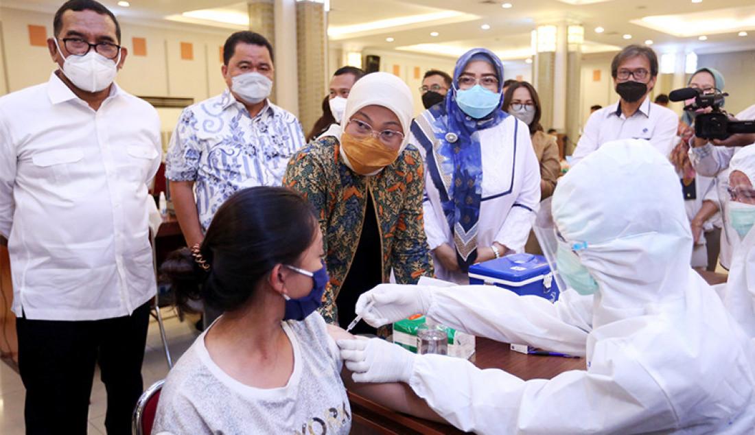 Menteri Tenaga Kerja (Menaker) Ida Fauziyah meninjau pelaksanaan vaksinasi Covid-19 untuk buruh di Gedung Kementerian Sosial, Jakarta Pusat, Selasa (4/5). Foto: Ricardo - JPNN.com