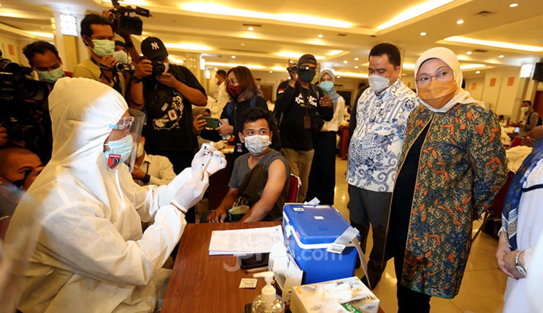 Menteri Tenaga Kerja (Menaker) Ida Fauziyah meninjau pelaksanaan vaksinasi Covid-19 untuk buruh dan pekerja di Gedung Kementerian Sosial, Jakarta Pusat, Selasa (4/5). Foto: Ricardo - JPNN.com