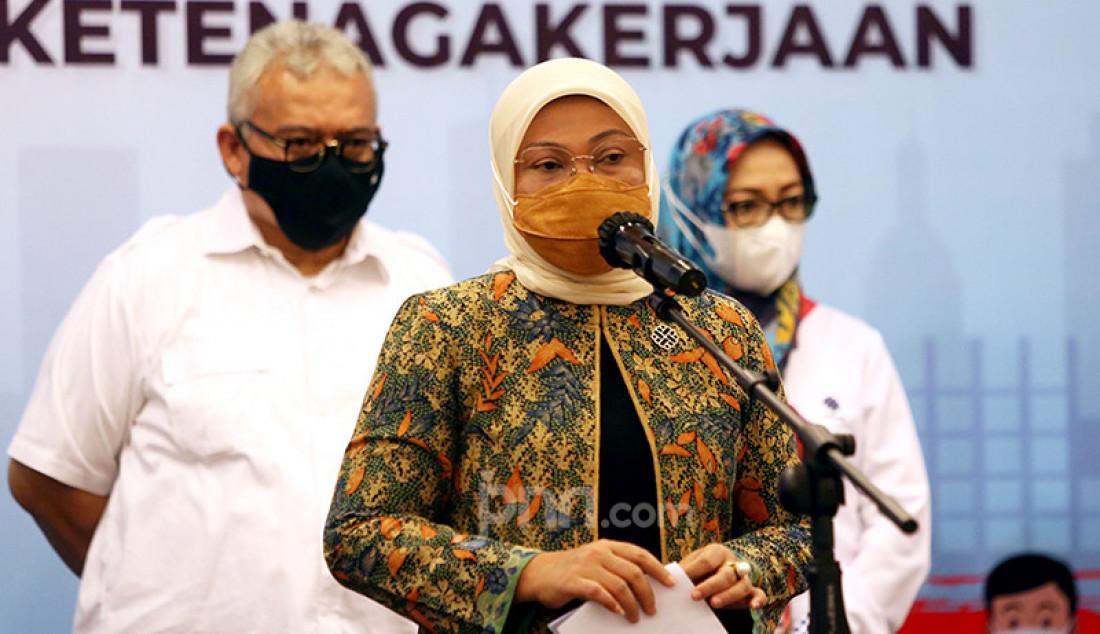 Menteri Tenaga Kerja (Menaker) Ida Fauziyah memberikan keterangan pers pada pelaksanaan vaksinasi Covid-19 untuk buruh di Gedung Kemensos, Jakarta Pusat, Selasa (4/5). Foto: Ricardo - JPNN.com