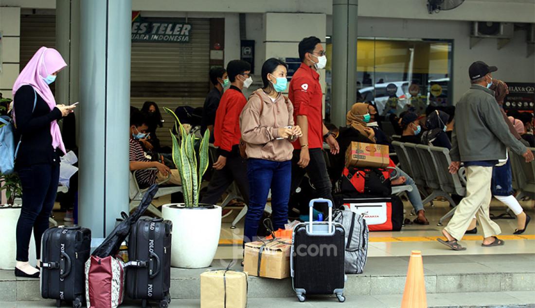 Para calon penumpang kereta api memadati Stasiun Pasar Senen, Jakarta Pusat, Selasa (4/5). Jelang pemberlakukan larangan mudik pada 6-17 Mei 2021 terjadi lonjakan penumpang kereta api di Stasiun Pasar Senen. Foto: Ricardo - JPNN.com