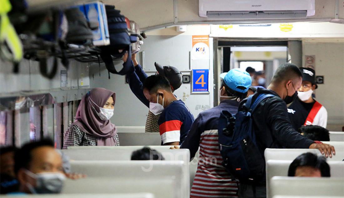 Para penumpang di dalam kereta api yang akan berangkat dari Stasiun Pasar Senen, Jakarta Pusat, Selasa (4/5). Jelang pemberlakukan larangan mudik pada 6-17 Mei 2021 terjadi lonjakan penumpang kereta api di Stasiun Pasar Senen. Foto: Ricardo - JPNN.com