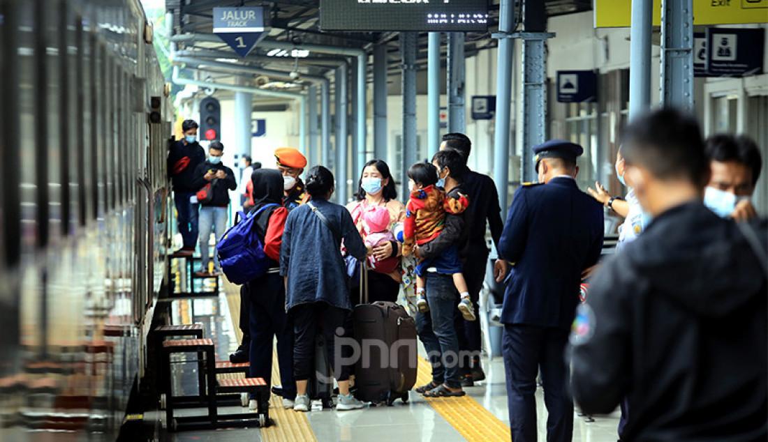 Para penumpang menaiki kereta api di Stasiun Pasar Senen, Jakarta Pusat, Selasa (4/5). Jelang pemberlakukan larangan mudik pada 6-17 Mei 2021 terjadi lonjakan penumpang kereta api di Stasiun Pasar Senen. Foto: Ricardo - JPNN.com