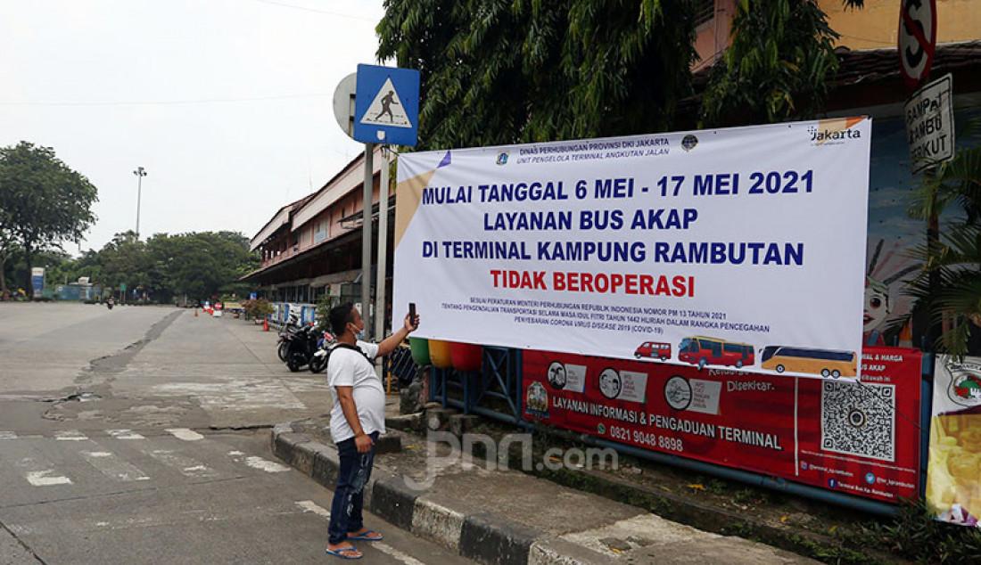 Suasana Terminal Kampung Rambutan, Jakarta Timur, Kamis (6/5), tampak sepi. Dinas Perhubungan DKI Jakarta menutup sementara Terminal Kampung Rambutan selama periode larangan mudik Lebaran pada 6-17 Mei 2021. Foto: Ricardo - JPNN.com
