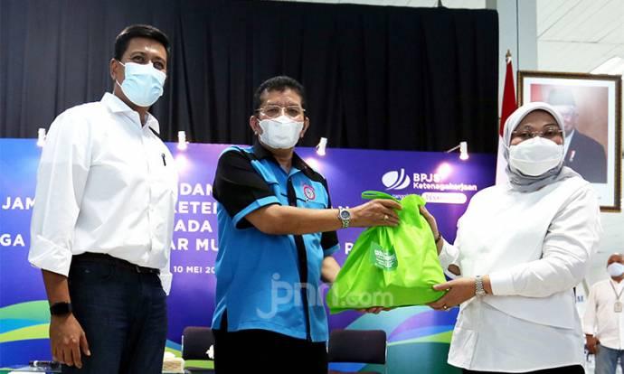 Kemenaker & BPJamsostek Salurkan Bantuan untuk Buruh Bongkar Muat Tanjung Priok