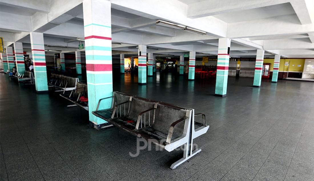 Suasana Terminal Penumpang Pelabuhan Tanjung Priok, Jakarta Utara, Senin (10/5) terlihat sepi. Selama pemerintah menerapkan larangan mudik pada 6-17 Mei 2021, Terminal Penumpang Pelabuhan Tanjung Priok tidak melayani pemudik. Foto: Ricardo - JPNN.com