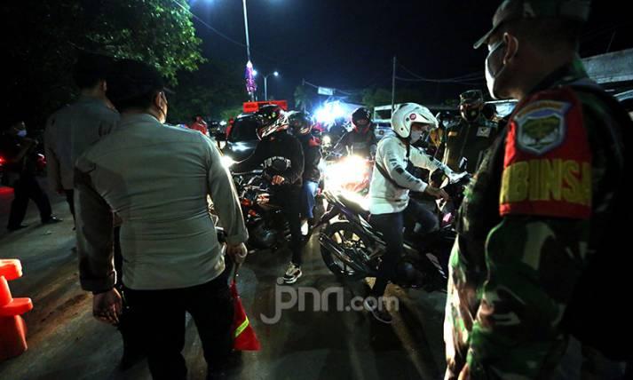 Suasana Malam di Titik Penyekatan Jalur Mudik Perbatasan Karawang-Bekasi - JPNN.com