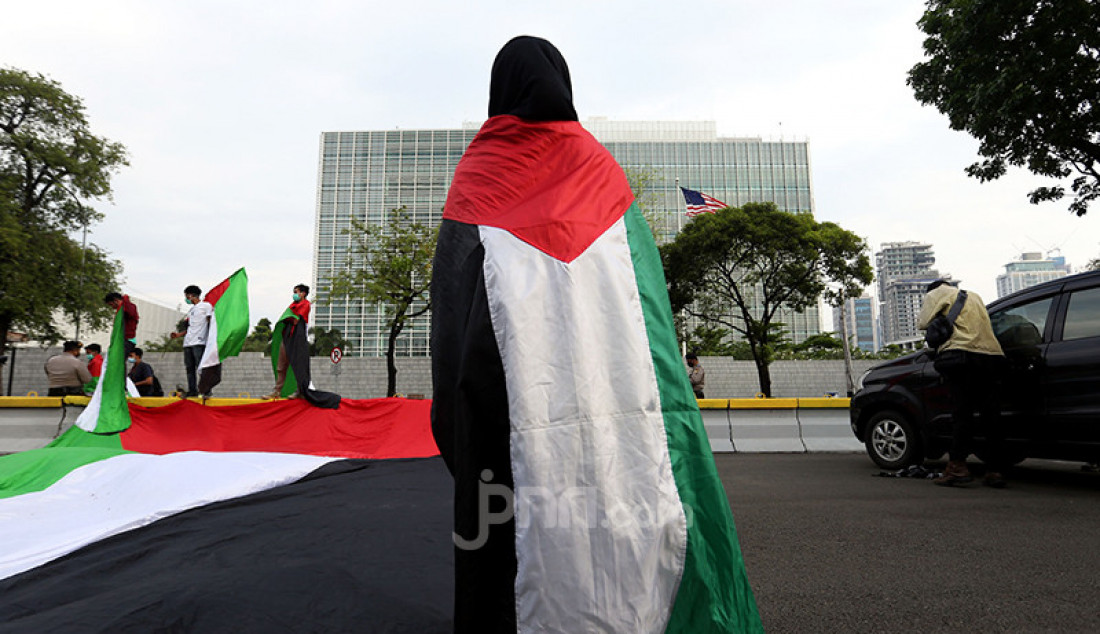 Aliansi Mahasiswa Islam Jakarta dengan membawa bendera Palestina menggelar aksi di depan Kedutaan Besar Amerika Serikat di Jakarta Pusat, Rabu (12/5). Massa aksi mendesak Pemerintah AS menghentikan tindakan brutal Angkatan Bersenjata Israel (IDF) terhadap rakyat Palestina. Foto: Ricardo - JPNN.com