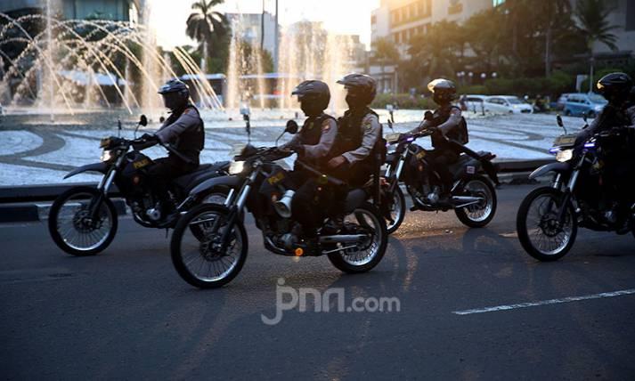 Polisi Bersenjata Lengkap Amankan Malam Takbiran - JPNN.com