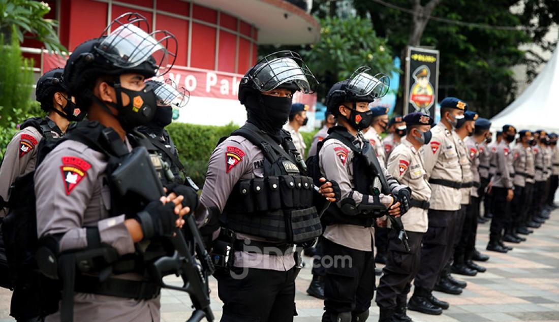 Sejumlah personel Polda Metro Jaya mengikuti apel di Pos Polisi Bundaran HI, Jakarta Pusat, Rabu (12/5). Polda Metro Jaya mengerahkan 1.204 personelnya untuk mengamankan malam takbiran Idulfitri di berbagai titik di wilayah DKI Jakarta. Foto: Ricardo - JPNN.com