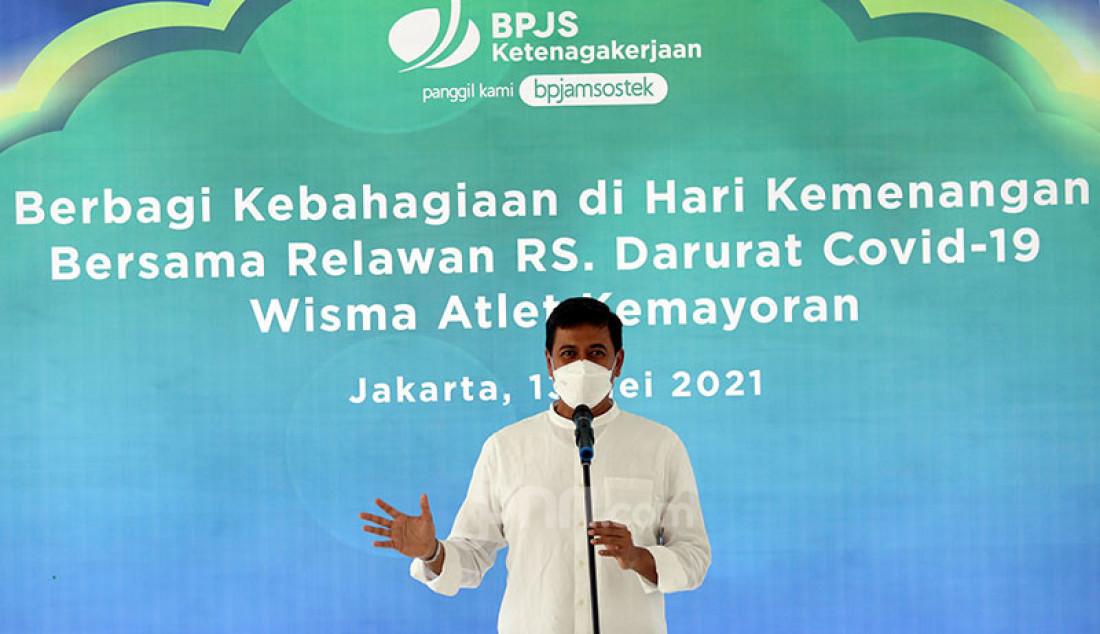 Direktur Utama BPJamsostek Anggoro Eko Cahyo memberikan kata sambutan pada acara 'Berbagi Kebahagian di Hari Kemenangan Bersama Relawan RS Darurat Covid-19' di Rumah Sakit Darurat Covid-19 Wisma Atlet Kemayoran, Jakarta (13/5). BPJamsostek dalam kesempatan itu membagikan 600 paket makanan siap saji. Foto: Ricardo - JPNN.com