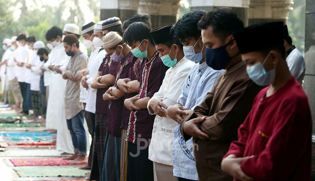 Umat Islam melaksanakan salat Idulfitri 1442 H di Masjid Kubah Emas, Depok, Jawa Barat, Kamis (13/5). Salat Id itu dilaksanakan dengan menerapkan protokol kesehatan dan pembatasan jumlah jemaah hanya setengah dari dari kapasitas. Foto: Ricardo - JPNN.com