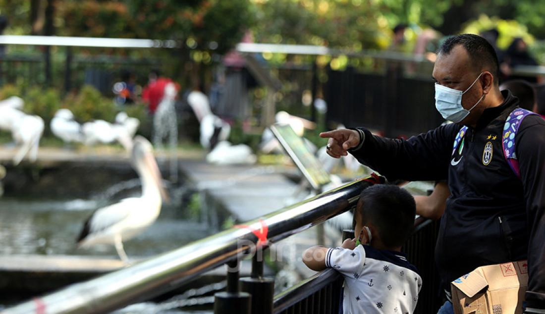 Warga berlibur di Taman Margasatwa Ragunan, Jakarta Selatan, Sabtu (15/5). Pengelola Taman Margasatwa Ragunan membuka tempat wisata itu khusus bagi warga dengan KTP DKI Jakarta, menerapkan protokol kesehatan, dan membatasi jumlah pengunjung hanya 30 persen dari kapasitas. Foto: Ricardo - JPNN.com