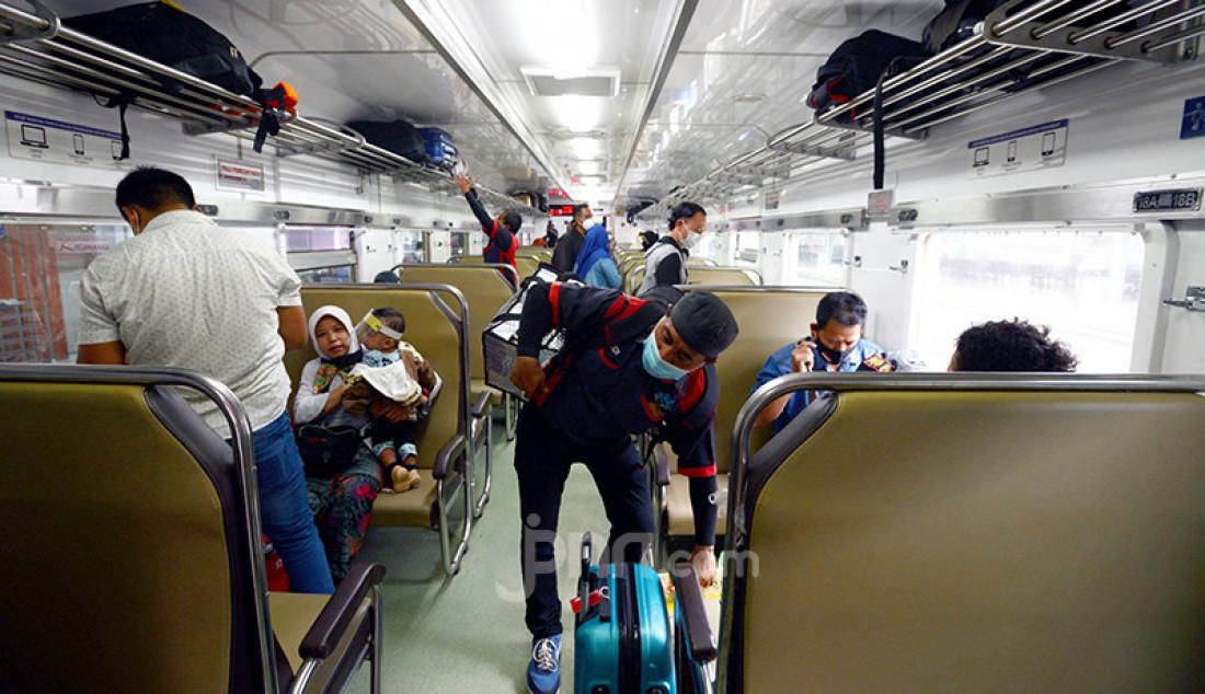 Suasana di dalam kereta api di Stasiun Pasar Senen, Jakarta Pusat, Selasa (18/5). Berakhirnya masa larangan mudik Lebaran, Senin (17/5), dimanfaatkan warga untuk mudik susulan ke kampung halaman di Jawa Tengah, Yogyakarta, dan Jawa Timur. Foto: Ricardo - JPNN.com
