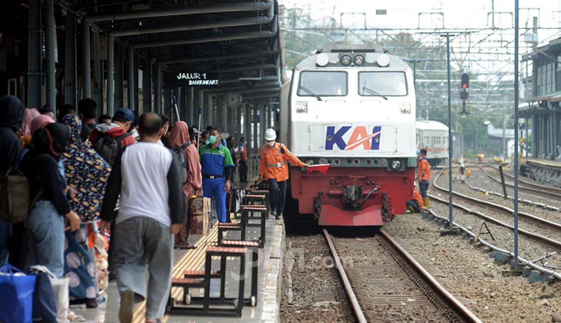 Suasana Stasiun Pasar Senen di Jakarta Pusat, Selasa (18/5), tampak dipadati calon penumpang kereta api. Berakhirnya masa larangan mudik Lebaran, Senin (17/5), dimanfaatkan warga untuk mudik susulan ke kampung halaman di Jawa Tengah, Yogyakarta, dan Jawa Timur. Foto: Ricardo - JPNN.com