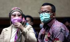 Foto: Iis Rosita Dewi Dampingi Edhy Prabowo Jalani Sidang - JPNN.com