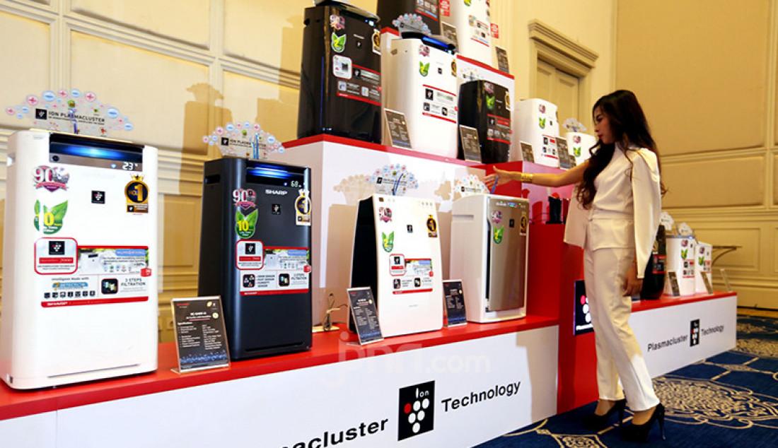 Seorang model saat menunjukkan produk Sharp Air Purifier pada peluncuran PCI & AC New Line Up di Jakarta, Rabu (9/6). Produk terbaru Sharp itu memilili teknologi plasmacluster yang terbukti secara klinis mampu melumpuhkan kuman, bakteri, dan virus. Foto: Ricardo - JPNN.com