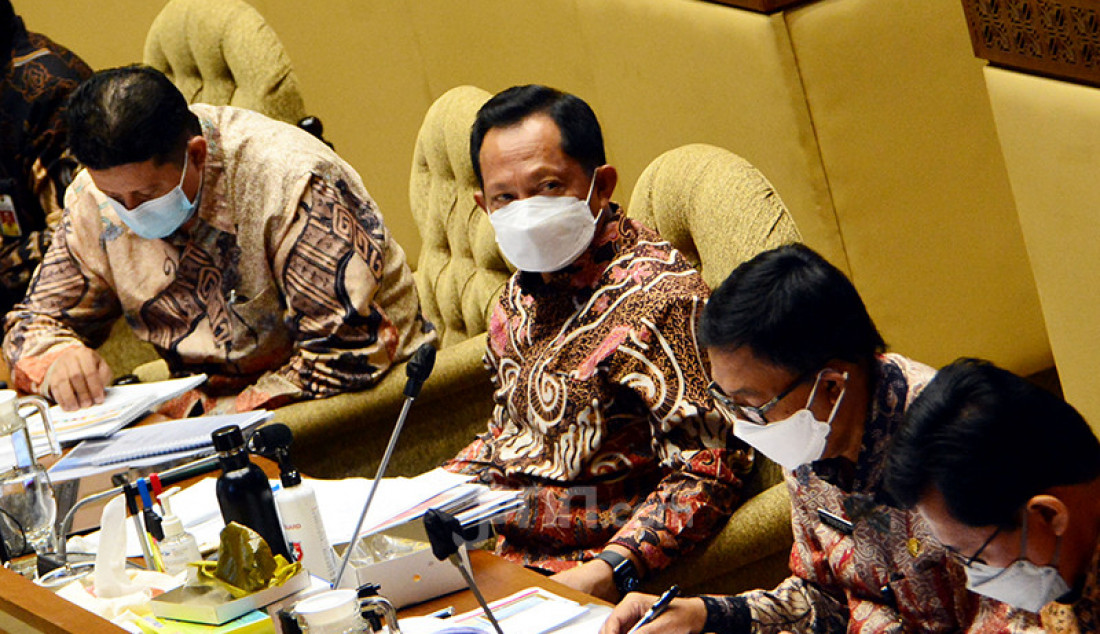 Menteri Dalam Negeri (Mendagri) Tito Karnavian mengikuti rapat kerja dengan Komisi II DPR di Jakarta, Rabu (9/6). Rapat tersebut membahas evaluasi pelaksanaan anggaran Kemendagri 2021 dan pembicaraan pendahuluan pembahasan RAPBN 2020. Foto: Ricardo - JPNN.com
